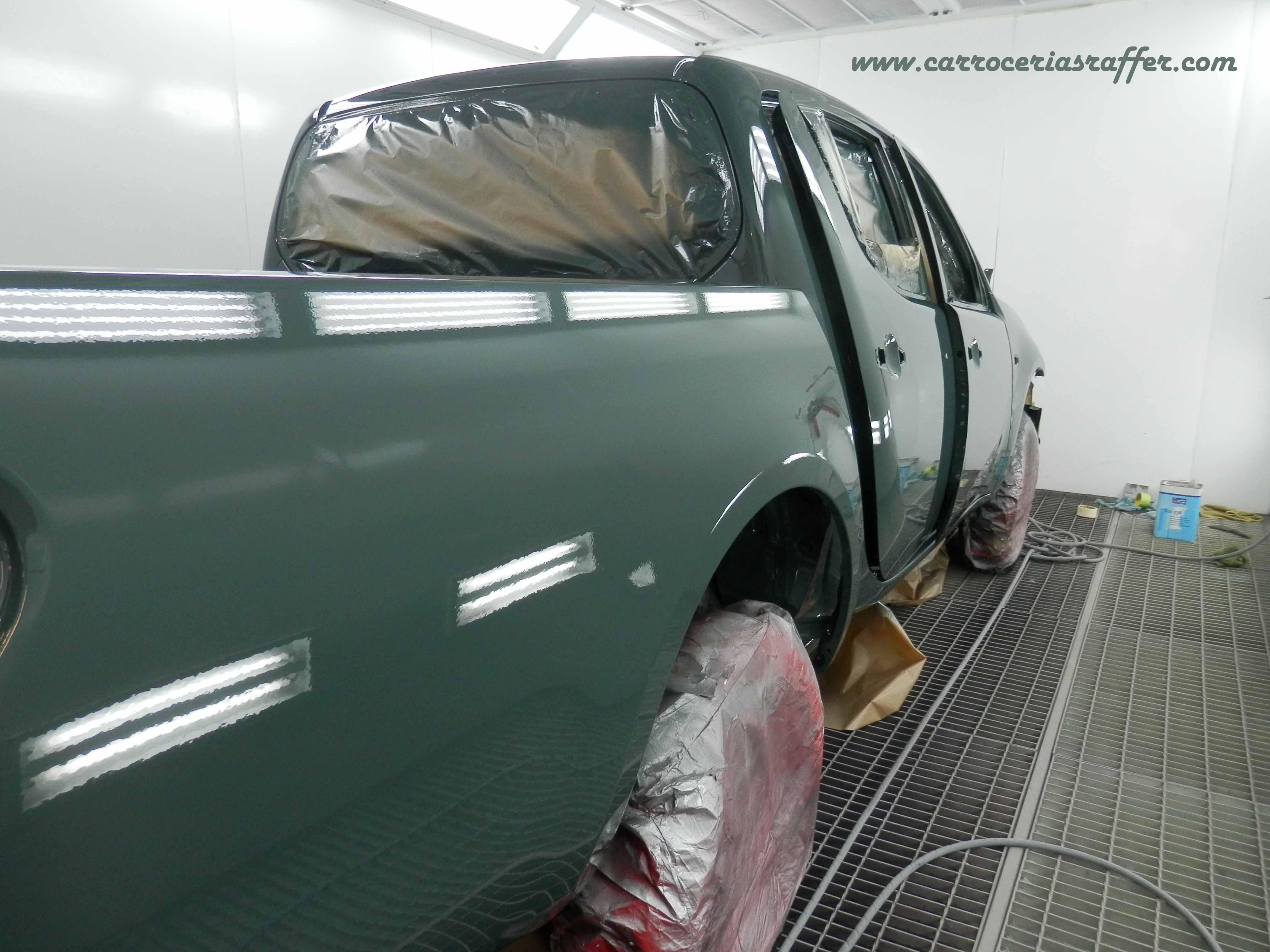 Entra en cabina este Mitsubishi L200, un Pick-Up que pintamos entero.