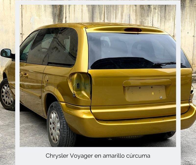 Chrysler Voyager en amarillo cúrcuma